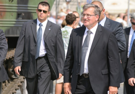 garde du corps: Le pr�sident de Varsovie, Pologne - 15 ao�t 2010 - Polonais Bronislaw Komorowski arrive lors des c�l�brations de la journ�e des Forces arm�es polonaises.