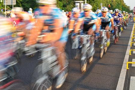 Warsaw, Polen - 1 augustus, 2010 - fietsers tijdens de etappe van de Tour de Pologne - van Sochaczew naar Warschau. Redactioneel