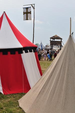 reenact: Grunwald, Polonia - 18 de julio de 2009 - campamento de recreaci�n hist�rica de los participantes 1410 batalla de Grunwald, el Reino de Polonia y el Gran Ducado de Lituania contra la Orden Teut�nica.