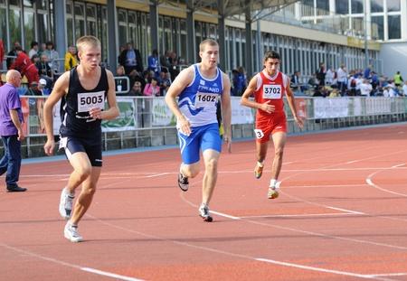 deportes olimpicos: Varsovia, Polonia - el 20 de septiembre de 2010 - corredores compiten en 800 metros durante la competición deportiva internacional de juegos de verano europeo de Olimpiadas especiales - CAPTADORES 2010 - para los atletas con discapacidad intelectual.