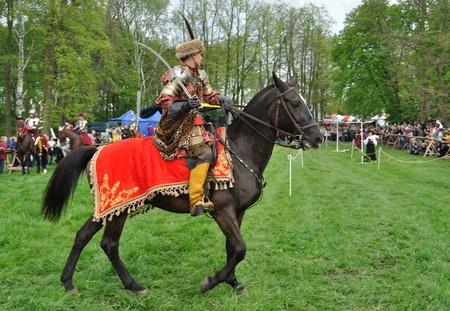 reenactor: Ilza, Polonia - 01 de mayo de 2010 - XIII Torneo de caballeros - demostraci�n de caballer�a ligera del siglo XVII por la compa��a de vestido. Editorial