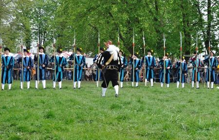 reenactor: Ilza, Polonia - el 31 de mayo de 2010 - XIII Torneo de caballeros - alabarderos demostraci�n del siglo XVII por la compa��a de vestido. Editorial