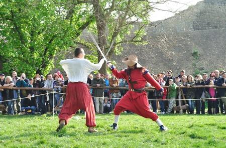 reenact: Ilza, Polonia - 01 de mayo de 2010 - XIII caballeros torneo - esgrima manifestaci�n de duelo del siglo XVII por reenactors. Editorial