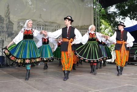 Warschau, Polen - 30. Mai 2010 - anlässlich des 200. Jahrestages der Geburt von Frederic Chopin - Lowicz Tänze von einer Volksgruppe der Warschauer Universität für Lebenswissenschaften durchgeführt.