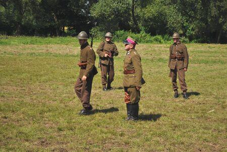 reenact: Ossow, Polonia - el 16 de agosto de 2009 - los participantes de la hist�rica batalla de Varsovia (1920), recrear los soldados polacos. Editorial