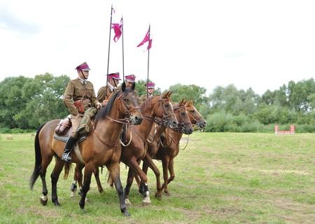 reenact: Ossow, Polonia - el 15 de agosto de 2009 - participantes de Ulanos polacos (caballer�a ligera) recrear la hist�rica batalla de Varsovia (1920).