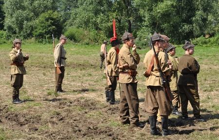 reenact: Ossow, Polonia - el 16 de agosto de 2009 - los participantes de la hist�rica batalla de Varsovia (1920), recrear los soldados sovi�ticos.