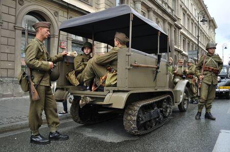 reenact: Varsovia, Polonia - 29 de agosto de 2010 - los participantes de la defensa de Varsovia contra la invasi�n alemana (al comienzo de la Segunda Guerra Mundial), recrear los soldados polacos.