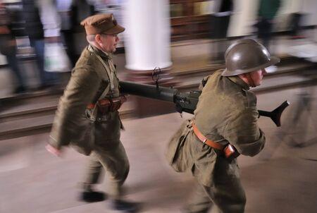 reenact: Varsovia, Polonia - 29 de agosto de 2010 - los participantes de la defensa de Varsovia contra la invasi?n alemana (al comienzo de la Segunda Guerra Mundial), recrear los soldados polacos. Editorial