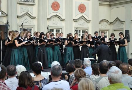 Warschau, Polen - 28 juni 2009 - Technische Universiteit van Warschau Academic Choir zingt tijdens het concert in het hof van het Koninklijk Kasteel. Dariusz Zimnicki voert het koor. Redactioneel