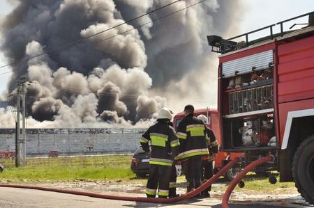 Brandweerlieden op weg naar een brand.