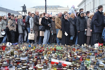 lugubrious: Warsaw, Poland - April 11, 2010 - A crowd gathered outside the presidential palace, to remember the victims of the plane crash that killed Polish president, Lech Kaczynski.