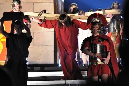 reenacting: Varsavia, Polonia - 16 aprile 2011 - Mistero della Passione - Attore reenacting Cristo che porta la croce al suo luogo di esecuzione. Spettacolo all'aperto, diretto da Artur Piotrowski.