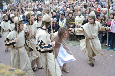 reenact: Gora Kalwaria, Polonia - 17 de abril de 2011 - Los actores recrean la escena de Jes�s trajo a Pilato por el Sanedr�n, durante el Misterio de la calle representaciones de la Pasi�n.