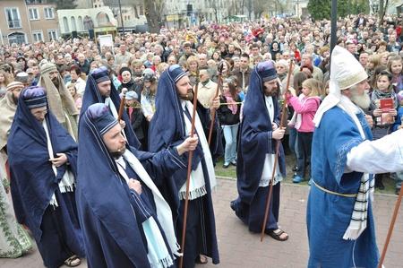 reenact: Gora Kalwaria, Polonia - 17 de abril de 2011 - Los actores recrean los miembros del sanedr�n, ir a Pilato, durante el Misterio de la calle representaciones de la Pasi�n. Editorial