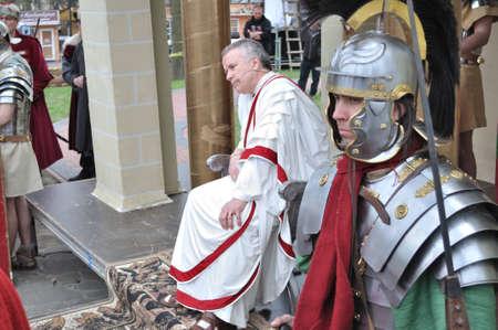 reenact: Gora Kalwaria, Polonia - 17 de abril de 2011 - Los actores recrean Pilato y guardia de seguridad, en el Misterio de la calle representaciones de la Pasi�n. Editorial