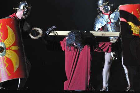 reenacting: Varsavia, Polonia - 16 aprile 2011 - Mistero della Passione - Attori reenacting Cristo che porta la croce al suo luogo di esecuzione. Spettacolo all'aperto, diretto da Artur Piotrowski.