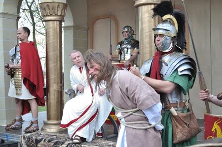 Gora Kalwaria, Polen - 17 april 2011 - Acteurs naspelen het proces van Jezus in praetorium voor Pontius Pilatus, tijdens de straatoptredens Mysterie van de Passie.
