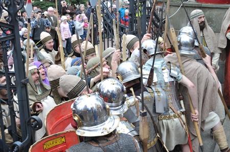 Gora Kalwaria, Polen - 17 april 2011 - Acteurs naspelen bewakers het verdedigen van de ingang van Pilatus, tijdens de straat optredens Mysterie van de Passie.
