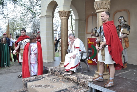 viernes santo: Gora Kalwaria, Polonia - 17 de abril de 2011 - Los actores recrean el juicio de Jes�s en el pretorio, ante Poncio Pilato, durante el Misterio de la calle representaciones de la Pasi�n.