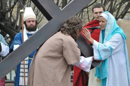 Gora Kalwaria, Polen - 17 april 2011 - Jezus ontmoet zijn moeder op de weg naar de kruisiging, tijdens de straat optredens Mysterie van de Passie.