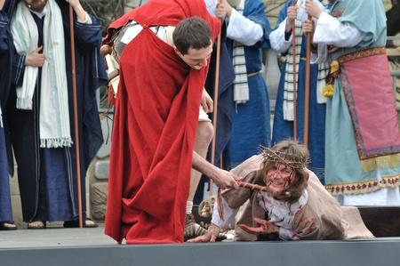 Gora Kalwaria, Polen - 17 april 2011 - Jezus valt op weg naar zijn kruisiging, in de straat optredens Mysterie van de Passie.