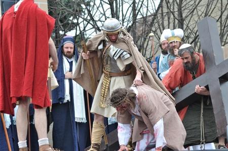 overturn: Gora Kalwaria, Polonia - 17 aprile 2011 - Ges� cade sulla strada per la sua crocifissione, durante il Mistero spettacoli di strada della Passione.