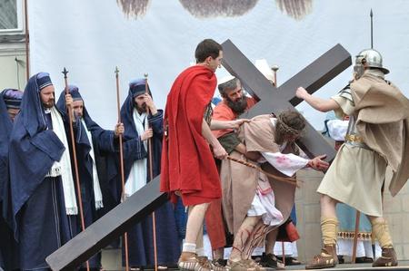 Gora Kalwaria, Polen - 17 april 2011 - Jezus die zijn kruis, op weg naar zijn kruisiging, tijdens de straat optredens Mysterie van de Passie.