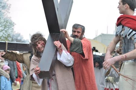 Gora Kalwaria, Polen - 17 april 2011 - Jezus die zijn kruis draagt, op weg naar zijn kruisiging, in de straat optredens Mysterie van de Passie.