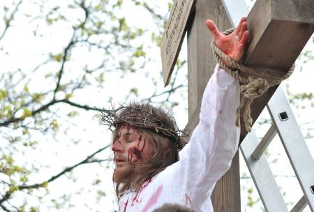 reenacting: Gora Kalwaria, Polonia - 17 aprile 2011 - Attore reenacting la crocifissione di Ges� Cristo, durante il Mistero spettacoli di strada della Passione.