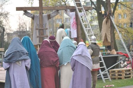 reenacting: Gora Kalwaria, Polonia - 17 aprile 2011 - Attori reenacting la crocifissione di Ges� Cristo, durante il Mistero spettacoli di strada della Passione. Editoriali