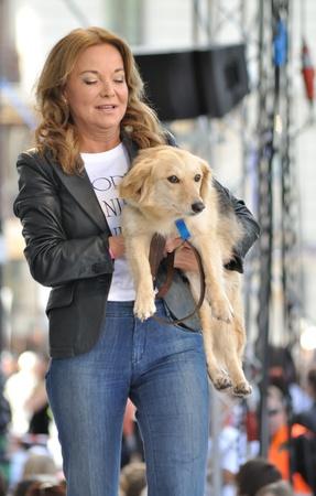 promotes: Varsovia, Polonia - 26 de junio de 2011 - Laura Lacz (actriz) promueve acciones sociales para la adopci�n de los animales - Ame un perro - en la calle de Varsovia Fashion.