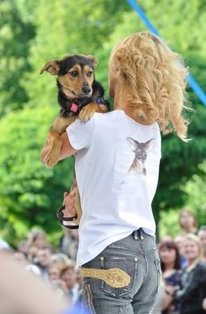 promotes: Varsovia, Polonia - 26 de junio de 2011 - Natalia Lesz (cantante), promueve acciones sociales para la adopci�n de animales - Love a perrito - en la calle de Varsovia de la moda.