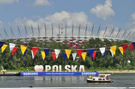 festones: Varsovia, Polonia - 20 de mayo de 2012 - Vista desde el r�o V�stula al Estadio Nacional. El estadio es una de las sedes de la Eurocopa 2012 organizada conjuntamente por Polonia y Ucrania.