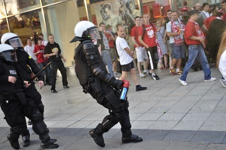 clash: Varsovia, Polonia - 12 de junio de 2012 - la polic�a antidisturbios polacos reaccionar durante los aficionados al f�tbol entrar en conflicto de la Eurocopa 2012 de f�tbol del campeonato partido del Grupo A entre Polonia y Rusia.