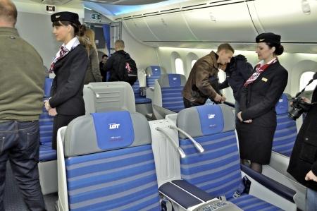 Warschau, Polen - 16 november 2012 - Het interieur van de nieuwe Boeing 787 Dreamliner - Eerste Dreamliner gekocht door de Poolse nationale luchtvaartmaatschappij LOT. Redactioneel