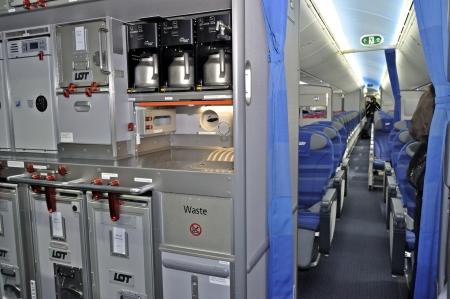 Warschau, Polen - 16 november 2012 - sectie Catering in de nieuwe Boeing 787 Dreamliner - Eerste Dreamliner gekocht door Poolse nationale luchtvaartmaatschappij LOT. Redactioneel