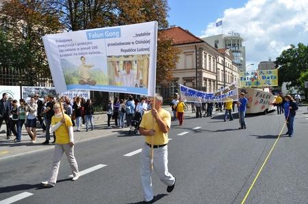 straat feest: Warschau, Polen - 29 augustus 2010 - Activisten Falun Gong bij de Multiculturele Partij van de Straat van Warschau. Redactioneel