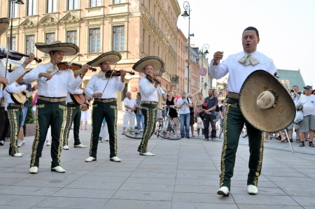"WARSCHAU - 27 augustus: Mariachi band ""VALLARTA AZTECA"" van Puerto Vallarta - MEXICO, speel mexicaanse muziek - street parade tijdens de International Folklore Festival ""WARSFOLK"", op 27 augustus 2011 in Warschau, Polen. Redactioneel"