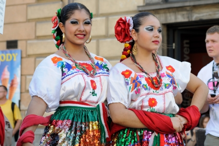 WARSAW - AUGUST 27: Dancers of folklore ensemble VALLARTA AZTECA from Puerto Vallarta, MEXICO - street parade during the International Folklore Festival WARSFOLK , on August 27, 2011 in Warsaw, Poland.