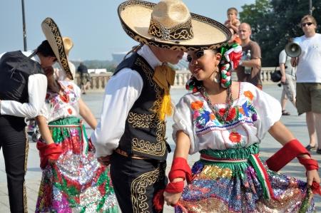 "WARSCHAU - 27 augustus: De Dansers van de folklore ensemble ""VALLARTA AZTECA"" van Puerto Vallarta, MEXICO - street parade tijdens de International Folklore Festival ""WARSFOLK"", op 27 augustus 2011 in Warschau, Polen."