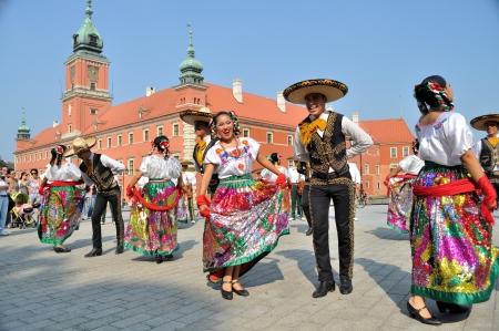"WARSCHAU - 27 augustus: De Dansers van de folklore ensemble ""VALLARTA AZTECA"" uit Mexico - street parade tijdens de International Folklore Festival ""WARSFOLK"", op 27 augustus 2011 in Warschau, Polen."