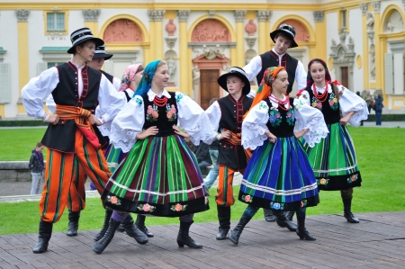 WARSAW - SEPTEMBER 11: Lowicz folk dance, performed by the ensemble Kuznia Artystyczna, during of the Wilanow Days event on September 11, 2010 in Warsaw, Poland. Publikacyjne