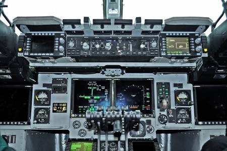 Cockpit view binnen het militaire transportvliegtuig Stockfoto