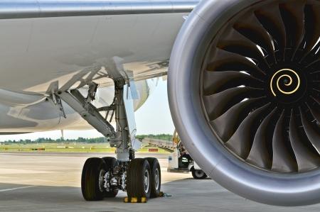 turbofan: Varsovia - el 04 de agosto del tren de aterrizaje y el motor del Boeing 787 Dreamliner, mientras estaba estacionado en el aeropuerto de Chopin el 4 de agosto de 2013 en Varsovia, Polonia
