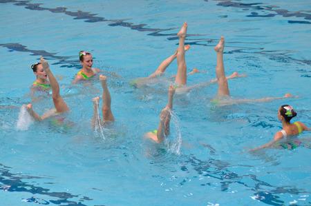 educacion fisica: Varsovia, Polonia - 12 de junio de 2011: Un equipo de nataci�n sincronizada pantalla en la piscina durante la competici�n en la Universidad de Educaci�n F�sica. Editorial