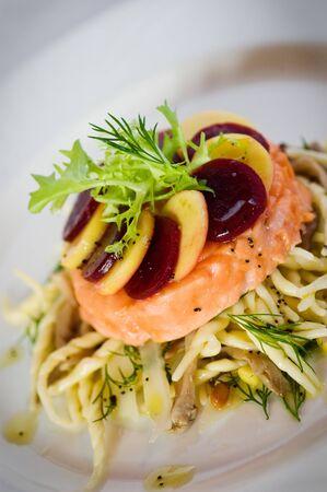 Gebraten Lachsfilet gekr�nt mit Mango und R�ben von einem Bett von Trofiette Trofie oder Trofiette Pasta Pasta ist ein traditionelles und eine der beliebtesten Formen ligurischen Nudeln. Trofiette erfolgt mit Hartweizengrie� und Wasser.
