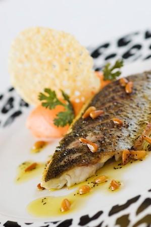 Sea Bass Filet und Kiefer Nuss�l Lizenzfreie Bilder