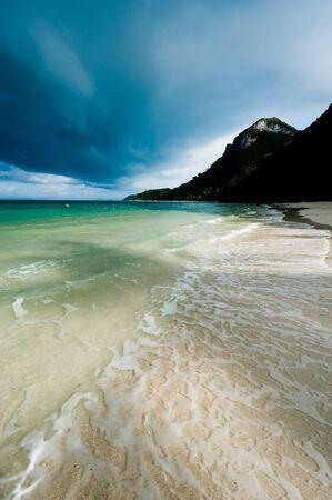 Tropischer Sturm �ber einem verlassenen Strand