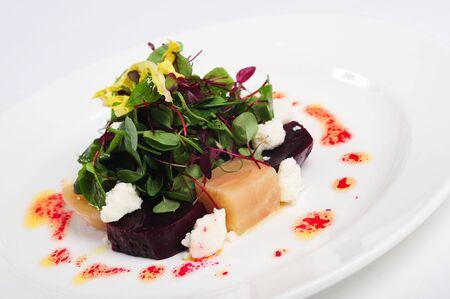 Rote Beete mit Ziegen K�se und Wildkr�uter-Salat Lizenzfreie Bilder